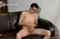 Schattige gay nerd durft te trekken voor de filmcamera