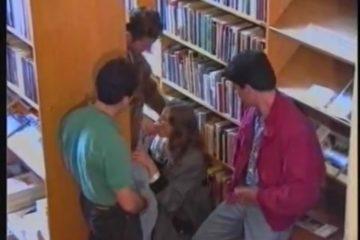 Ze pijpt drie lullen in de bibliotheek