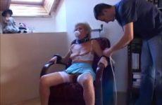 Grootmoeder houd van zuigen en anal aangeduwd worden