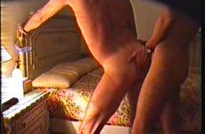 Gay amateurs seksen tegen het bed omhoog