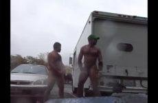 Potige homo's afmoppen zich naast elkaar af in het openbaar