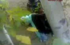 Gluurder filmt tieners die berijden in een steegje