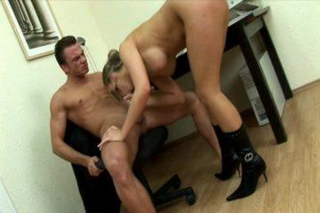 Secretaresse pijpt en word aangeduwd door een klant