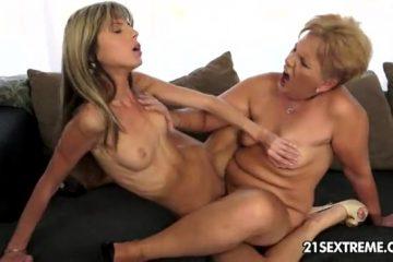 Het lesbiennen meiske en de volwassen lesbi dame beffen en scharen elkaar