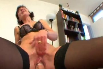 De rijpe dame heeft pijn aan de achterwerk als ze anal geketst is
