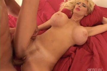 De mama zuigt de zwarte jongeheer van de jongeman en word anal en vaginaal geketst