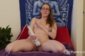 Met de dikke dildo masturbeert het brildragend grietje haar doos