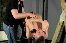 Vastgebonden word de jongen door de oudere man gepijpt en afgetrokken