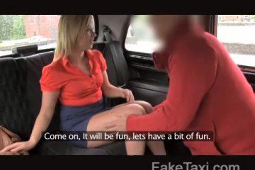 Voor centen pijpt ze de taxi chauffeur en laat zij zich doorneuken