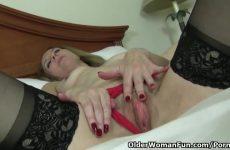 Volwassen masturberende vrouw ontvangst een hoogtepunt