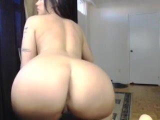 Voor de cam toont zij haar grote jetsers en dikke achterste