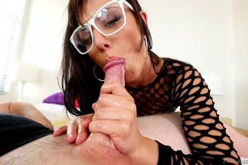 Sexy mokkel met bril pijpt stijve piemel