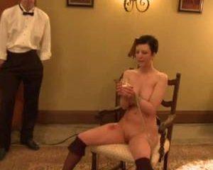 Sex slavinnen moeten om de beurt hun blowjob skills tonen voor iedereen