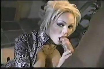 Geil kijkend in de camera geeft zij de grote jongeheer een blowjob beurt