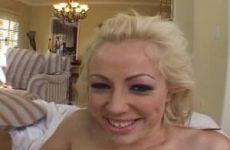 Deze nymfomane blonde slet laat haar gezicht vol sperma spuiten.