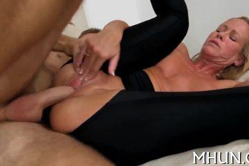 Deze sletterige milf vraagt de camera vent om een trio porno te doen
