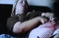 De verborgen camera filmt zijn zus die mastubeerd