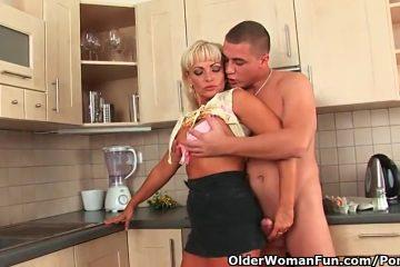 De vent filmt hoe zijn echtgenote de harde onrijpe jongeheer pijpt en er door aangeduwd word