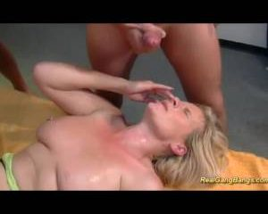 Rijpe sloerie met piercings in haar kut gangbang geneukt