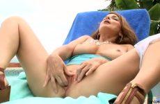 In de buitenlucht masturbeert de sletterige mama haar kletsnatte flamoes