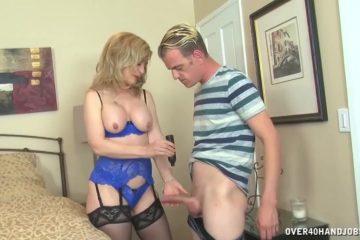 In wellustig lingerie trekt deze volwassen dame de harde lid van de jongeman af