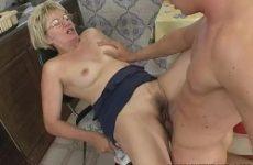 Deze rijpe dame laat haar mondje en vochtige flamoes penetreren