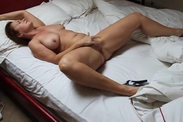Met haar benen wijd masturbeert de moeder totdat ze een orgasme krijgt