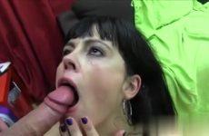 De mama laat haar snoet vol cum ejaculeren door de jongeman