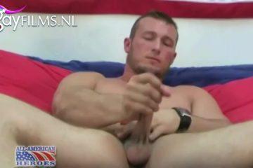 Hij kitst op zijn handen en trekt zijn harde lid af