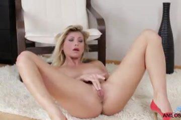 Haar flamoes en kittelaar masserend krijgt ze een climax