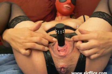 Kinky slavin heeft een dildo in haar urineleider