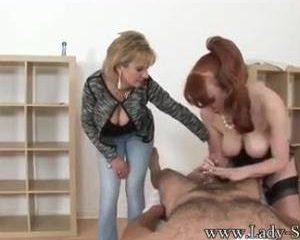 Terwijl zijn vrouw toe kijkt laat ze haar man aftrekken door een escor...