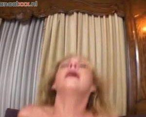 Hij neukt haar mond en anus in verschillende standjes