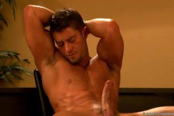 Genieten van een van de lekkerste muscle homo's uit de gay sex