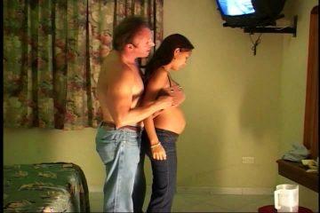 Hij penetreert zijn zwangere zwarte vriendinnetje