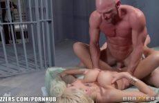 Zijn wulps echtgenote naait de gevangene tegenover hem