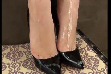 Zaad over haar wulps voetjes in hoge hakken