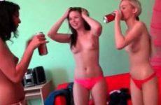 Drie ondeugende meisjes in hun blote tietjes