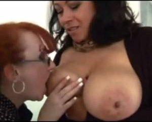 Donna kan haar heerlijke tieten in haar eigen mond stoppen