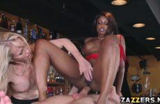De getinte zuigt en word anal geketst waarna het blondje een beurt krijgt