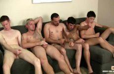 Een verscheidenheid aan homos bevredigen samen