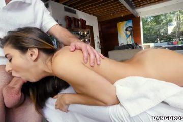 Zij krijgt een zwoele massage van haar masseur