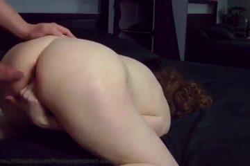 Zijn wederhelft schreeuwt het uit als hij haar voor het eerst anal penetreert