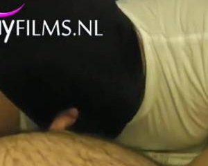 Homo met bivakmuts zuigt aan dikke lul