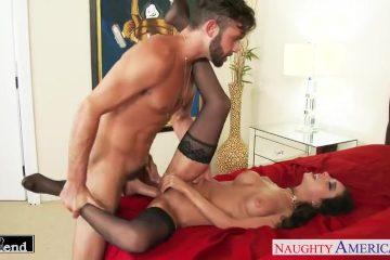 In wellustig lingerie wacht de vriendinnetje van zijn echtgenote op een neuk beurt