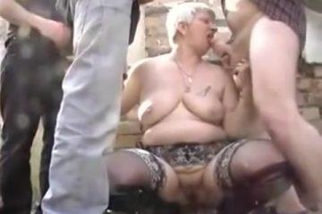 Een gangbang in het woud met een oudere vrouw