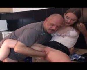 Het meisje mastubeerd waarna de oudere man haar met zijn vuist neukt