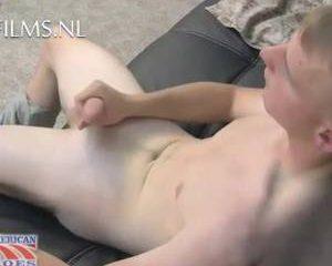 Jonge soldaat neemt zijn jongeheer ter hand