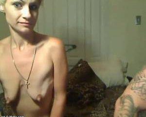 Voor de webcam showt de milf haar tietjes