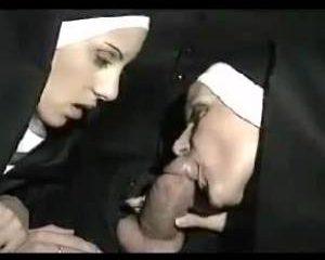 Twee geile nonnen geven meneer de pastor een blowjob